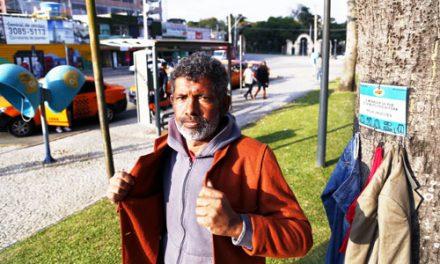 Cabides com doações começam a aparecer em Curitiba