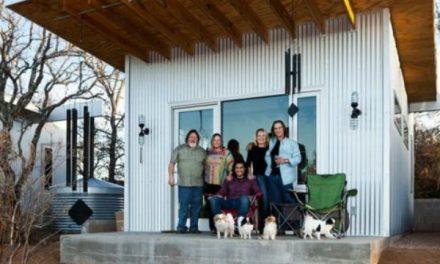 Amigos constroem pequena vila para viverem juntos até a velhice
